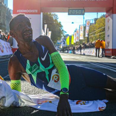 Bashir Abdi verpulvert parcoursrecord tijdens jubileum editie Rotterdam Marathon